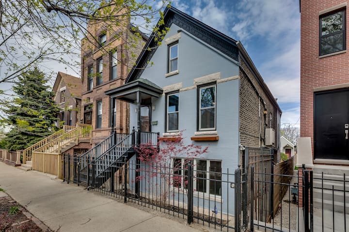 Private Bucktown Home for 12 Guests w/ Parking!