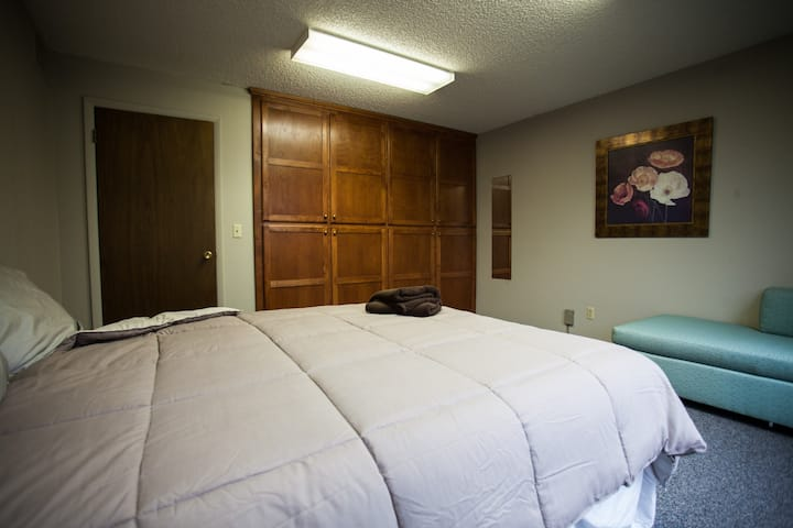 Bright & Spacious Room in Downtown GJ