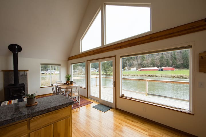 Bright and Cozy River-Front Cottage! - Pacific City