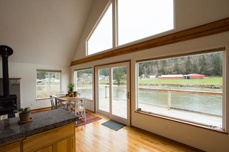 Bright and Cozy River-Front Cottage! - Pacific City - House