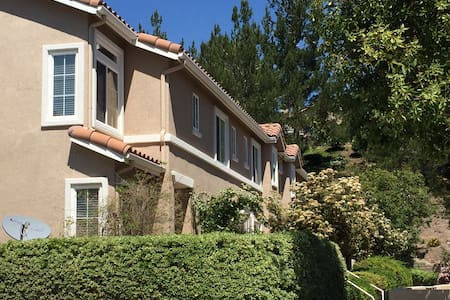 Full Townhouse near SIX Flags VALENCIA / 5 FWY - Stevenson Ranch