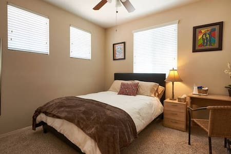 Corner room, Queen bed - Singles or couples