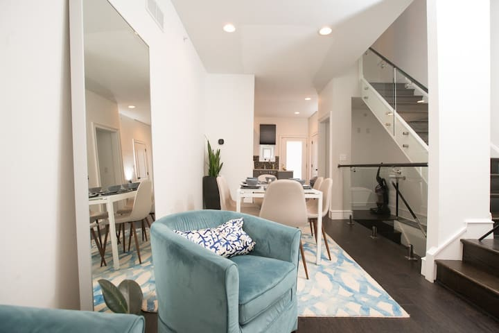 Remarkable Fishtown! Sleeps 8! Free Parking! Patio