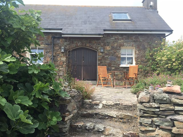 The cottage sleeps 7 and can also be rented- see our other listings