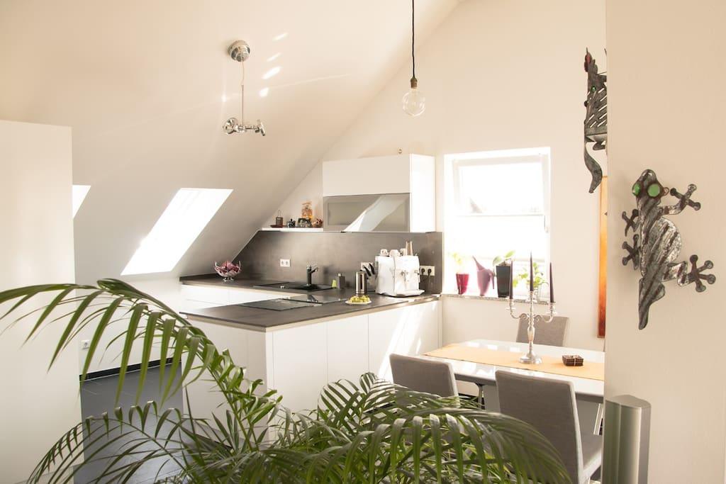 Küche mit Backofen, Spülmaschine, Kaffeevollautomat
