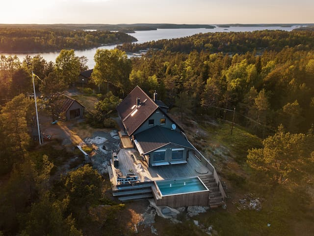 Exclusive house w. heated infinity pool on Dalarö