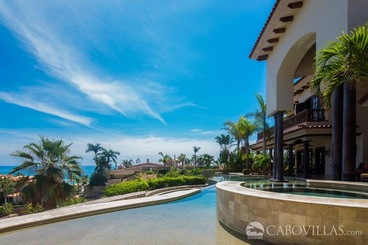 Spectacular Villa with Ocean Views & Great Location