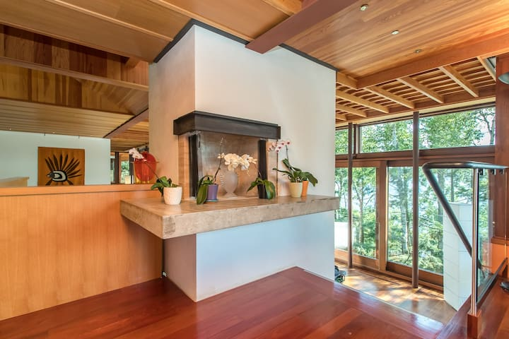 Fireplace opens into the dining area