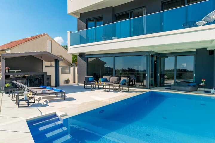 Exclusive Villa MATIVE |  four-bedr. heated Pool