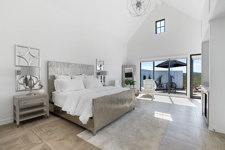 Contemporary Elegance - A Luxury Stay in the Wine Country