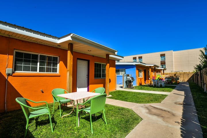 Inn 2 - In the heart of downtown with a shared hot tub and grill