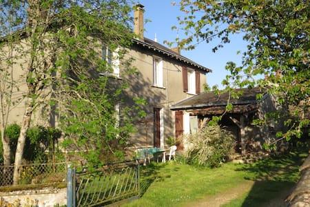 """Maison tranquille """"idéal famille"""" POITIERS SUD - Brux - บ้าน"""