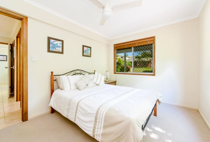 Aroona Sunshine Coast: quiet 2 bd unit under house - Aroona - House
