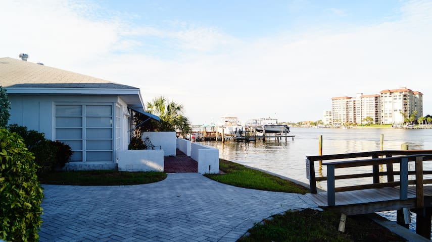 V2-2 BR, direct waterfront, 2 min walk to beach