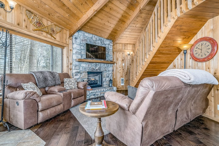 Domed house with free WiFi, private deck & firepit - near lake/trails!