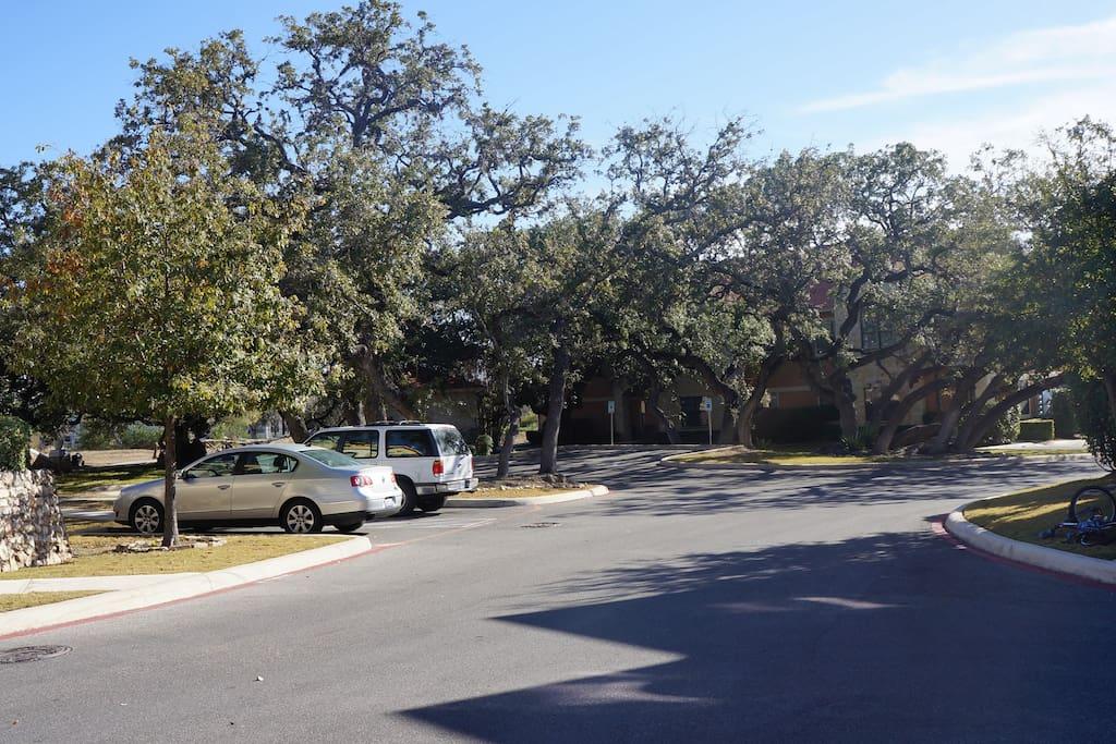 Amplios espacios de estacionamiento.
