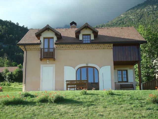 MAISON SOLAIRE RECENTE EN MONTAGNE - La Motte-en-Champsaur - Talo