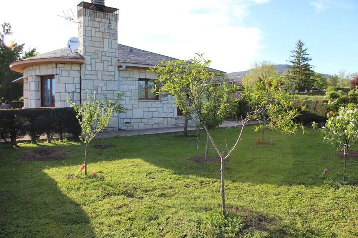 Un chalet con jardín en plena sierra