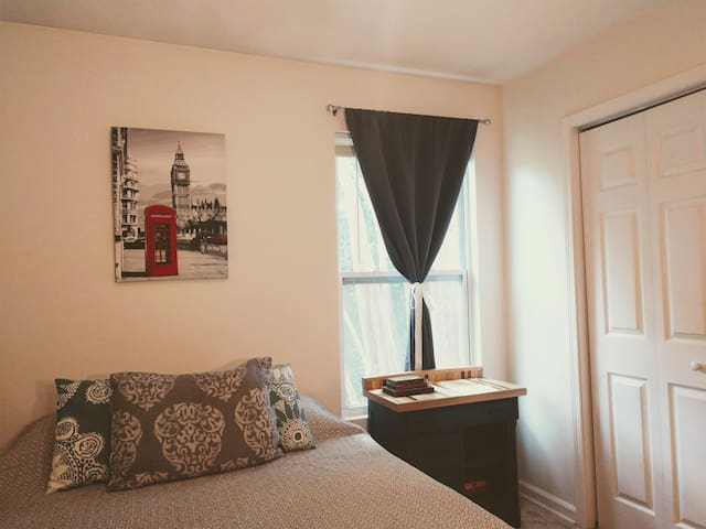 Clean, Quiet Room near Downtown & Beach
