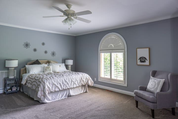Neutral and light. Plenty of room to stretch out and enjoy your quiet time. Large room and king bed