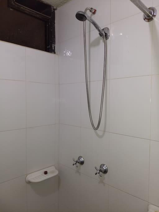 Baño y Ducha  fuera del dormitorio de uso exclusivo de la habitación.