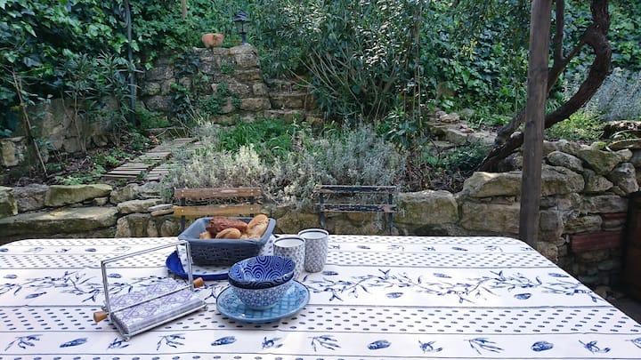 Maison ancienne de village - 2 terrasses et jardin