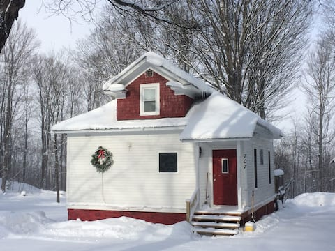 Modern, Amazing snow-filled getaway! Up to 10ppl