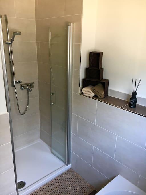 Gemeinschaftsbad mit Dusche, Badewanne, WC