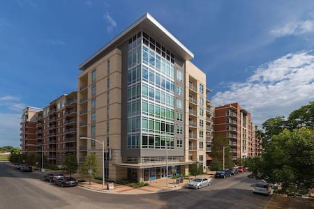 Convenient Downtown Luxury on Rainey Street - Austin - Apartment