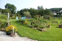 schöner Garten mit Liegewiese