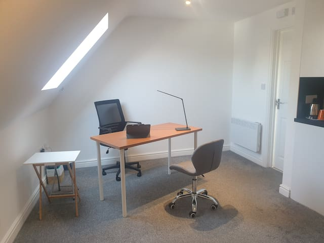 Remote Office Stay, Studio Flat - Central Slough