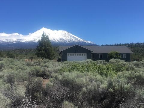 Le mont Shasta voit la retraite et le sanctuaire du haut désert