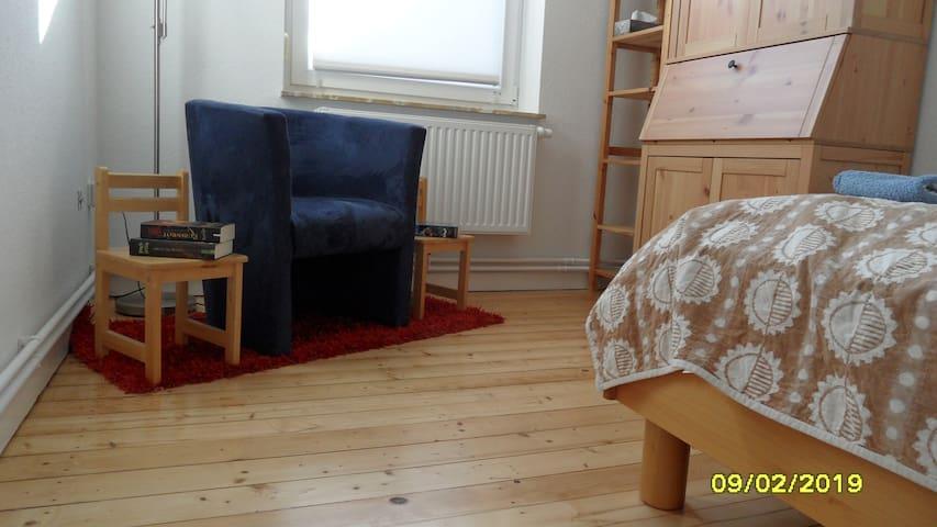 Gästezimmer in Altbauwohnung mit guter Anbindung