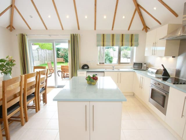 LANESEND, family friendly, with open fire in St Agnes, Ref 959584