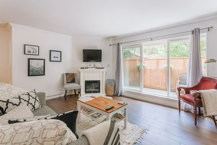 Entire Vancouver 5 ★ with huge patio & fr/parking
