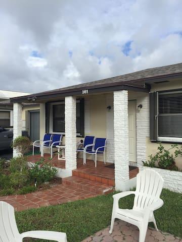 2 Bedroom Beachside Apartment - Palm Beach Barat - Apartemen