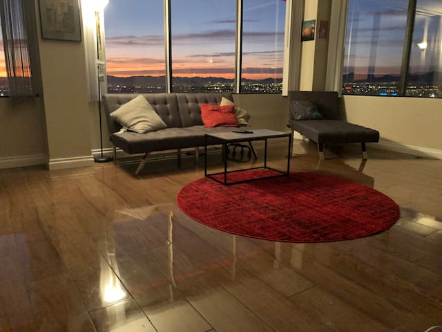 Top floor corner unit with views of the strip!