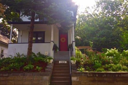 Northeast Modern Upper Level Apartment - มินนิอาโปลิส - บ้าน