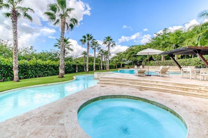 Elegant apartment w/ patio, gorgeous decor & shared pool/gym/beach access!