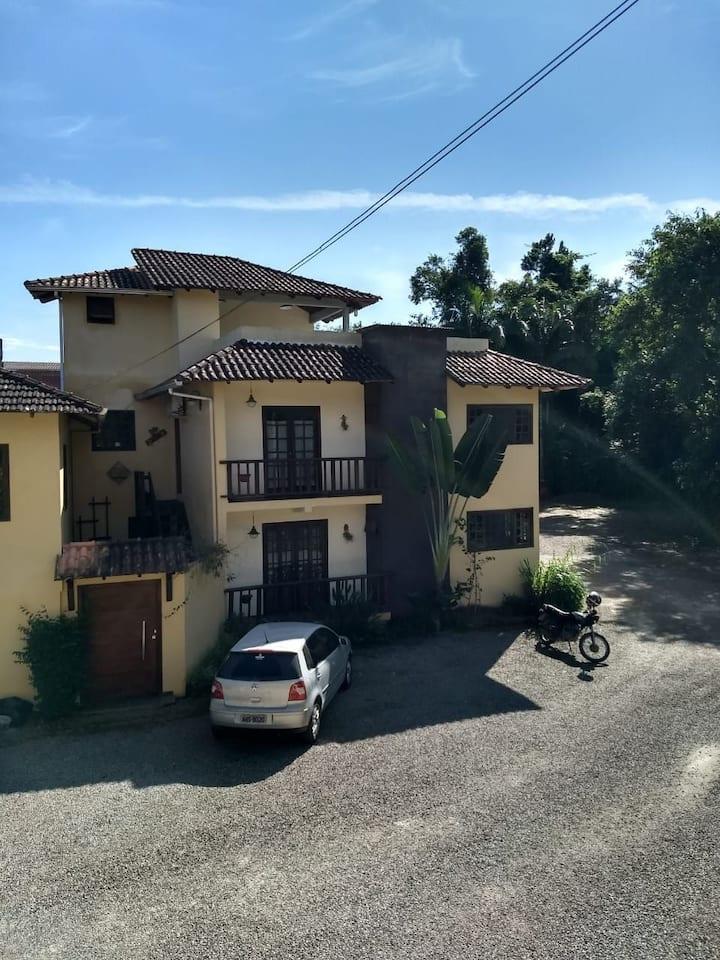 Excelente casa próxima ao Rio Marumbi.