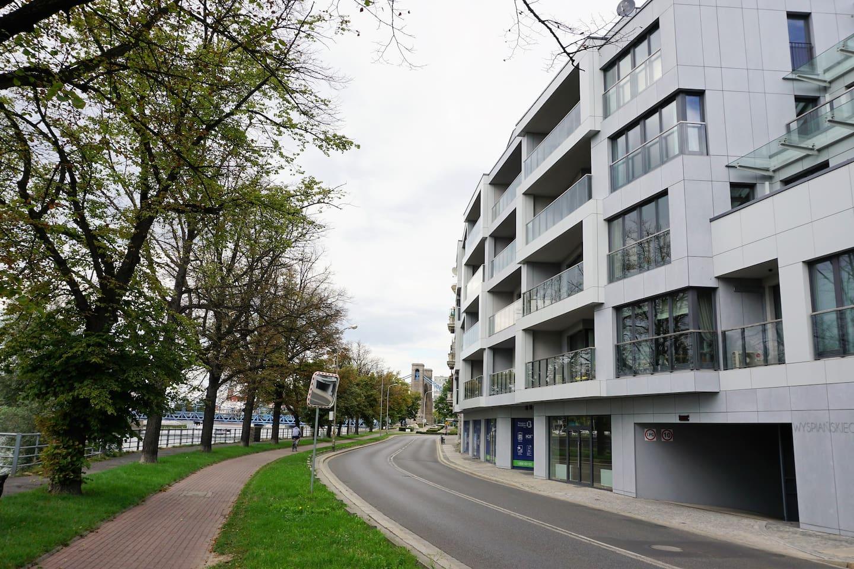 Widok budynku, w tle most grunwaldzki.
