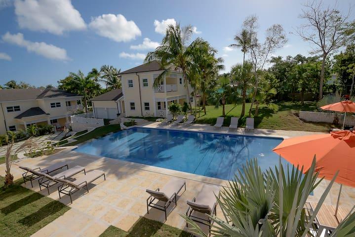 Spacious 3 BR Townhouse w/ Infinity Pool Views
