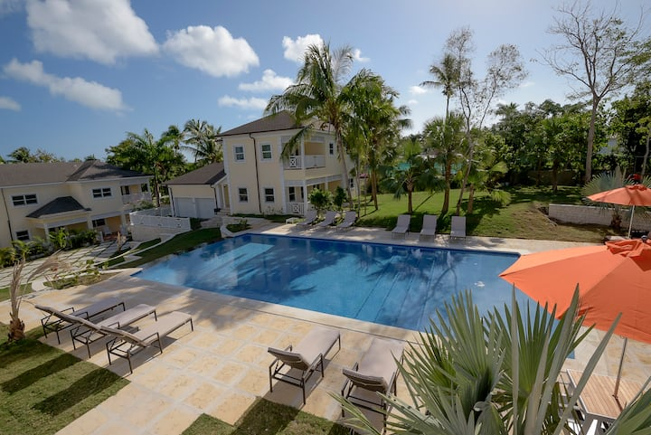 Spacious 3 BR Townhouse w/ Infinity Pool Views