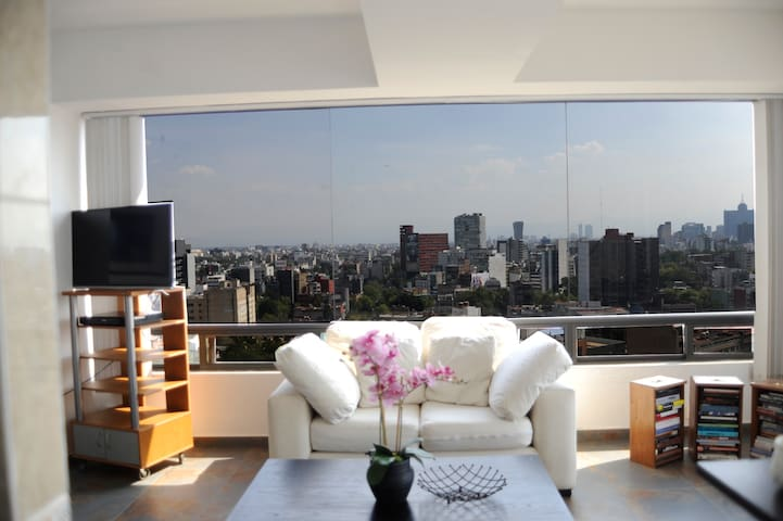Great views from 15th floor in Roma Norte, excellent location in Glorieta de Las Cibeles, one of the best spots to explore Colonia Roma.