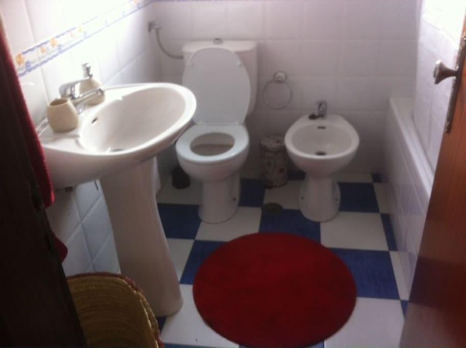 casa de banho com banheira ,toalhas disponiveis para se servirem