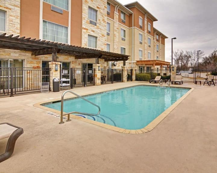 Close to Attractions! Spacious King Unit, Pool