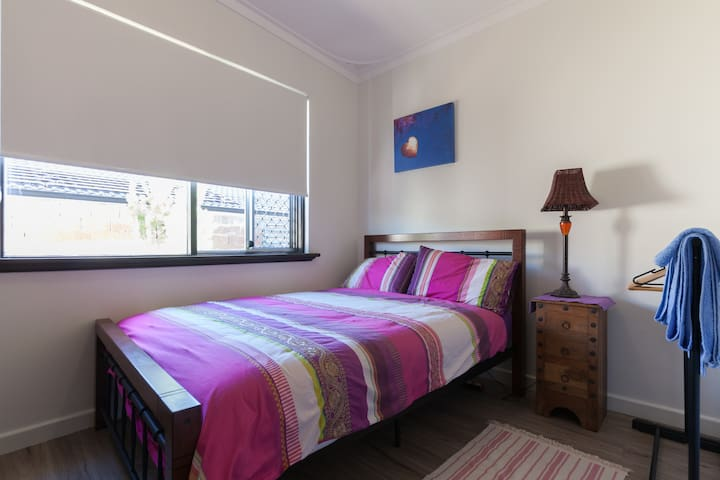 Cozy room in sunny renovated home 10mins from Freo - Hamilton Hill