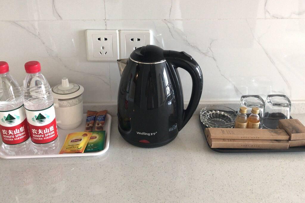 麦斯威尔的咖啡,立顿的红茶和绿茶各一包,牙刷梳子一次性浴帽洗发水沐浴露香皂,都是免费!无任何消费