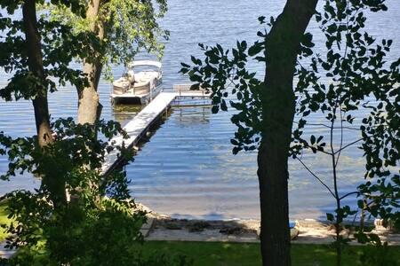 Log Home on Circle Lake - in the Country /Sleep 10