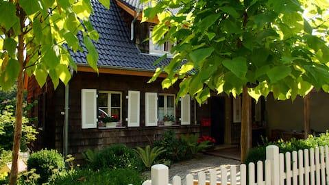 Slnečný apartmán s 2 spálňami a terasou a záhradou